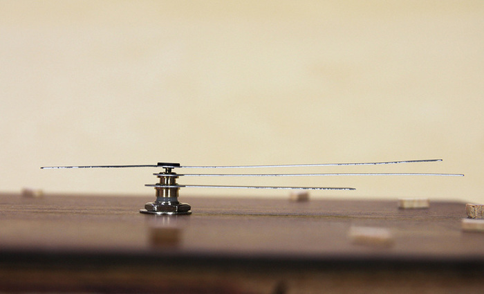 文字符が完成したら、時針→分針→秒針の順に1本ずつ針を取り付け、12時の位置に合わせ、針が重なっていないか横から見て確認します。