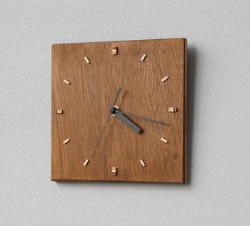 電池を入れて時刻を合わせます。シンプルだけど温もりのある素敵な時計の完成です。