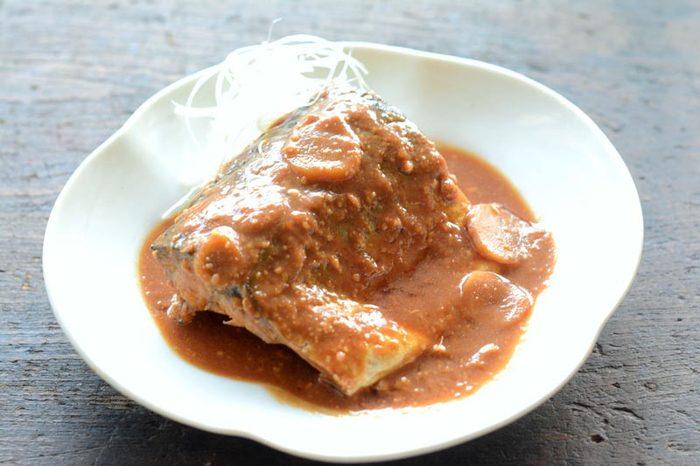 お魚料理では定番のサバの味噌煮です。ご飯と合い、お箸が止まらなくなる美味しさは、覚えておいて損はありません。霜降りをし、生姜やお酒をたっぷり使うことでサバの臭みを消せます。煮詰める前に、一度冷まして味をしみ込ませましょう。