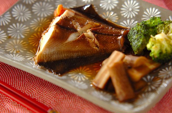ふっくらとした身がご飯のおとも、おつまみにぴったりなカレイの煮付け。お魚の煮物は難しく感じますが、工程は実はシンプル。煮汁はスプーンなどでカレイにかけるようにすると、煮崩れせずきれいに仕上がります。