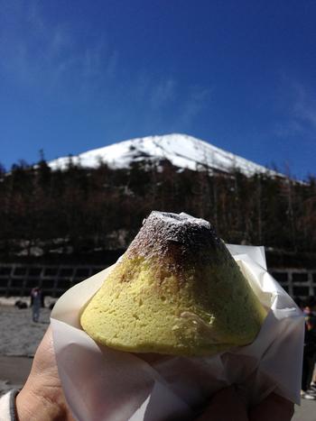 富士山で、車で行ける一番高いところは5合目。そこでしか買えないのが、この「富士山めろんぱん」。富士山5合目で焼いているプレミア感も嬉しいですね♪富士山を見ながら、焼きたてを頬張ると…もう幸せ♥
