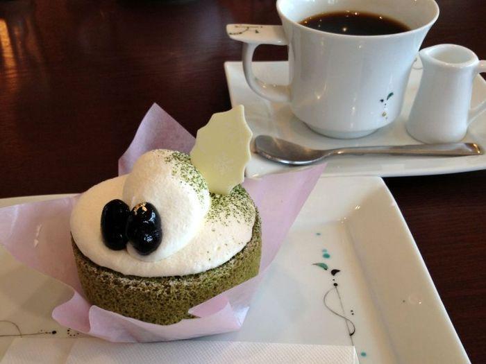 「KAMANARIYA」には、テラス席のあるカフェも併設されています。店自慢のケーキや饅頭等の菓子類の他、珈琲や紅茶等のドリンク、季節限定の特製かき氷が頂けます。 【画像は、宇治抹茶ロールケーキをベースにしたデコレーションケーキと珈琲の『源氏ケーキセット』】