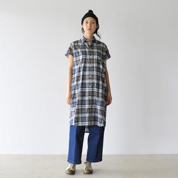 羽織りものとしても使えるシャツワンピースの人気はまだまだ冷めない模様。ゆるめのジーンズと、ニットキャップでコーデしたこちらのスタイルは、アウトドアでも映えそうです。