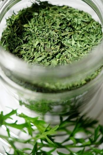 """セリ科に特有の、ほろ苦さと清涼感のある香り。にんじんの葉は、かき揚げも知られていますが、乾燥させた""""ドライキャロットリーフ""""は、ポタージュやグラタン、グリル、ソテーにひと振りするだけで、緑の色味と複雑な風味を加えてくれます。"""