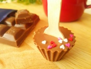 """温めたミルクやラテなどにそのまま入れて、チョコレートを溶かしてチョコレートドリンクとして楽しむ。 それが""""ホットチョコレートスプーン""""の楽しみ方です。"""