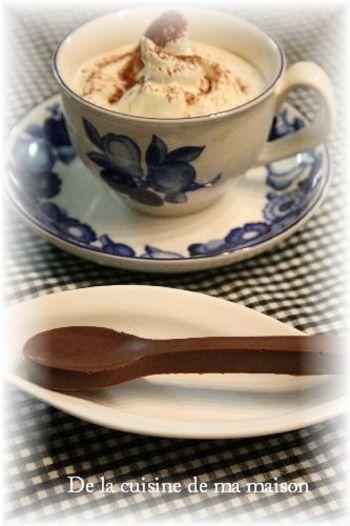 シリコンのスプーン型にチョコレートを入れてチョコスプーンを作るのも◎。食べられるチョコスプーン…なんて魅力的なんでしょう。