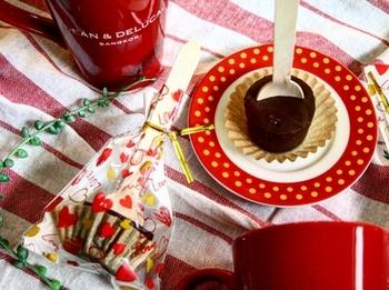 シンプルなガナッシュならラッピングは華やかに!チョコレートの茶色と赤の相性って本当にぴったりですね。