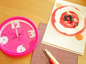 1から時計を作るのは大変そうという方、100均の時計を可愛くリメイクしてみませんか?ベースが出来ているので、簡単にオリジナルの時計が作れますよ。  《用意するもの》 スマホ 100均などで売っている壁掛け時計 工具類