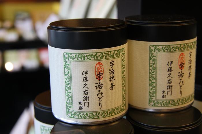【「伊藤久右衛門」の宇治抹茶『宇治みどり』。旬に摘み取った上質茶葉を用いた、石臼挽きたての香り高い抹茶。】