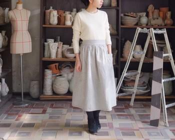 一見、ギャザースカートのように見えるエプロン。 ヒッコリー生地なので丈夫です。ファッションとしても素敵ですね。