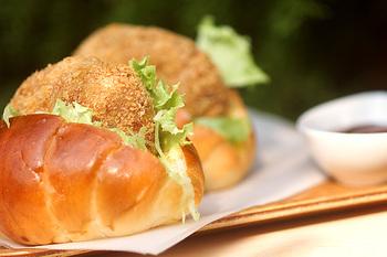 コロッケやハムカツ・エビカツなどの揚げ物系は、バターロールに絶対合う♡ソースも忘れずに!千切りキャベツにもスパイスソルトなどを振っておくと、美味しさは数段上になりますよ!