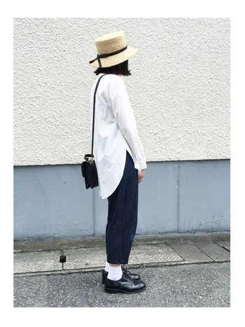 コットン100%のさらりとした肌触りが気持ちのいい、evam eva(エヴァムエヴァ)のシャツ。バックスタイルに特徴のあるデザインは、気になるヒップ周りをキレイにカバーしてくれます。