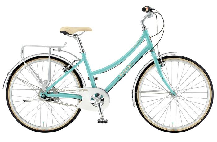 イタリアらしいお洒落なデザインが印象的なビアンキの自転車。サドルやグリップなどのディテールの美しさも特徴です。イタリア語で「青い空」を意味するチェレステカラーをはじめ、ニュアンスのある優しい色合いもポイント。こちらの『PRIMAVERA-L(プリマベーラL)』は女性用に計算された自転車で、トップチューブが下に曲がった形状です。