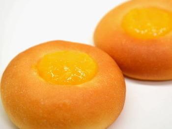 ミルク風味のパンの真ん中に、レモンカードをのせてもGOOD!