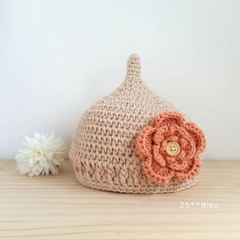 大きなお花モチーフがついたキュートなどんぐり帽子。女の子にピッタリ!