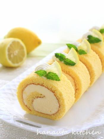 レモンカードと生クリームを混ぜて、ロールケーキのムースに。