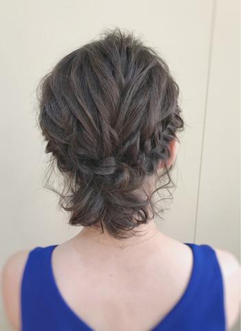 髪全体を結ぶのが難しい方はサイドだけ編み込んで襟足だけひとつ結びにしてもすっきりまとめ髪に♪