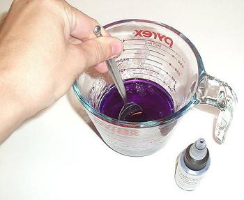 色をつける方法は2通り。 ムラのない均一な状態にしたい場合は、あらかじめ食用色素を水に溶いてからいれます。 マーブル模様のように濃淡を出したい場合は、食用色素を溶けたソープの中にいれてしまいます。  アロマオイルで香りをつけるのもこの段階。好みの量を少しずつ確かめながら入れてください。