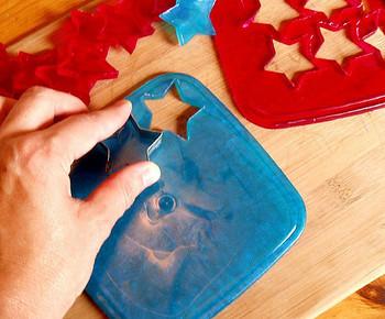 型に入れるのでなく、大きなバッドで冷やし、少し柔らかい状態の時に、クッキーの型抜きで抜いたもの。お菓子作り感覚で、お子さんと楽しめそうですね。 作れる時にまとめて作っておくと、ちょっとしたお礼やプレゼントなど、急な贈り物の時に便利です。石けんですから湿気さえ気を付ければ長期間保存可能です。
