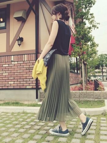 今年の夏、毎日のコーデにぜひ取り入れたいのがロング丈のプリーツスカート。皆さんはどんな風に着こなしていますか?  Tシャツやスニーカーでカジュアルにアレンジしたり、クラッチバッグやブラウスで女性らしい雰囲気にまとめたり……風をはらんでふわふわと揺れるプリーツスカートは、真夏のロング丈でもなんだか涼しげ。  合わせるトップス別に、おすすめの夏コーデをご紹介します。