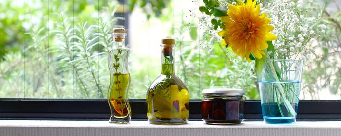 ハーブの香りと風味を余すことなく味わえるハーブオイルの世界はいかがでしたか?さっと一振りで極上の一品ができるハーブオイルはキッチンの常備品となること間違いなしです。ハーブが元気に育つこの季節に、是非作ってみてくださいね。