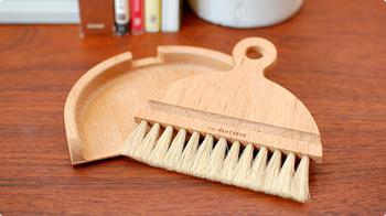 テーブルのお掃除に。Iris Hantverk(イリス・ハントバーク)のテーブルブラシセットはいかがでしょう。天然素材で作られた上質なブラシを使用。テーブルのパンくずなど細かなゴミもキャッチしてくれます。丸みのあるラインも可愛くて、ナチュラルな雰囲気。インテリアの一部として飾っておくのも良いですね。