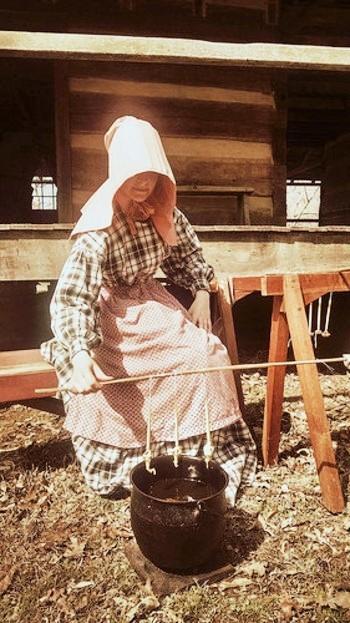 画像は、アメリカ開拓時代の方法を再現したもの。大きな鉄鍋に溶かした蜜蝋に、繰り返し糸を浸し(ディッピング)、キャンドルを作り上げます。  同じ光景を、ターシャ・チューダーさんのTVドキュメンタリーでご覧になった方も多いかもしれません。