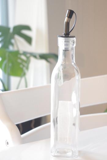 よく煮沸消毒したビンに2、3本のローズマリーを入れておきます。飾りとしての役目もあるので、なるべくきれいなものを選んでくださいね。