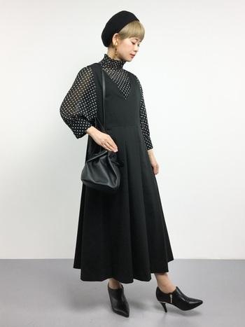 少し改まった装いにしたい時は、黒のジャンパースカートでシックにまとめて。シューズの合わせ方によっても雰囲気が変わりそうです。