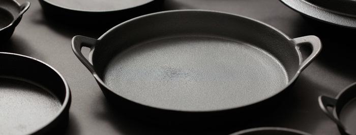 熱の伝わりが柔らかく保温性が高い南部鉄を使った鉄鍋シリーズ。釜浅商店のものは、南部浅鍋、南部どじょう鍋、南部寄せ鍋など、形状も様々に揃います。