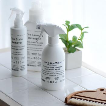 成分は水だけのマルチクリーナー、THEのThe Magic Water。pH12.5の高濃度アルカリイオン水で、細かな汚れも驚くほどに落ちます。気になる部分にスプレーし、あとは拭き取るだけ。除菌効果もあるので、お掃除の仕上げにおすすめですよ。