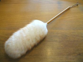 ふわふわの質感がたまらないmi woollies(ミ・ウーリーズ)のウールダスター。天然羊毛100%使用。羊毛は細く、ウロコ状の繊維表面部分で細かなホコリも逃さず拭き取れます。思わず飾っておきたくなる可愛いさですね。