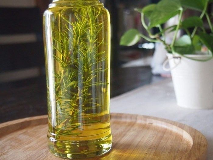 鍋からローズマリーの枝を取り除き、先ほど用意したビンにオイルを注ぎ、ふたで密閉したまま1週間ほど寝かせれば出来上がりです。