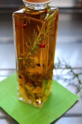 ハーブオイルはハーブをオリーブオイルなどに漬け込んで、香りや風味を移したフレーバーオイルのこと。