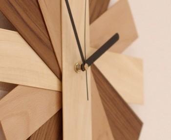 作品はどれも無垢の木にこだわり、天然塗料で仕上げているだけあり、こちらの掛け時計もチーク、ブナ、トチの無垢材を使用し、着色はせずに木の種類の違いで色味の違いを演出しています。