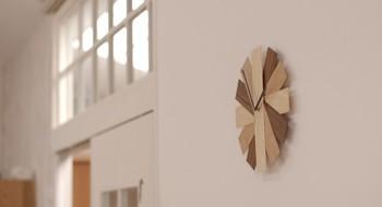 見ているだけで癒されそうな、短冊状の薄い木の無垢板で作られた掛け時計。こちらを制作されたmorkさんは、お一人で活動されているのではなく、家具職人の方を中心に9人で活動しているクリエイター集団の方々だそう。