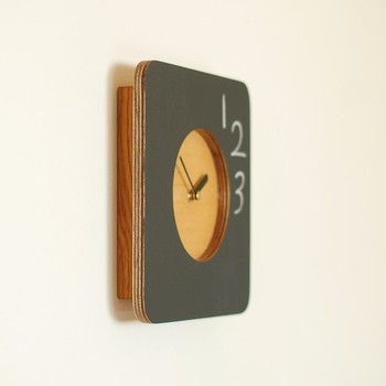 なんだか見ているだけで懐かしい気持ちになるこちらは、作品名からも分かるように、パネルに黒板を使用した掛け時計なんです。