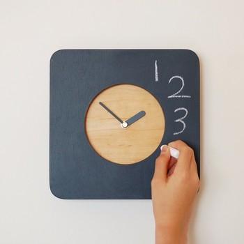 こちらの遊び心あふれる黒板掛け時計も、機能性、デザイン性だけでなくコンセプトのように見ているだけで心が和んできますね。