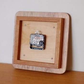 """見えない部分も手を抜かずしっかりと作られている掛け時計。こちらを制作されているクリエイターのSOETACRAFTさんは、システムエンジニアの仕事をされていたそう。しかし、夢だった木工の仕事をするために2000年に家業の木工所を継ぎ、以来、""""見ているだけで心が和む、使っていると心が豊かになる""""をコンセプトに木工製品を製作されています。"""
