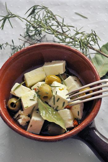 ハーブオイルの中にフェタチーズを漬けこめば、美味しいハーブフェタチーズの食べごろです。そのまま食べても、パンにぬって食べても美味しいですが、お料理にも重宝しますよ。