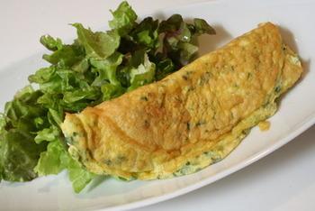 ハーブフェタチーズはオムレツに使うと、本格的な格調高い一品になりますよ。こんな朝食でスタートを切れば、すてきな1日になりそうです。