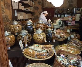 月島にある「胡萩堂」の手焼きせんべい。どこか懐かしい佇まいのお店は月島の街並みならでは。