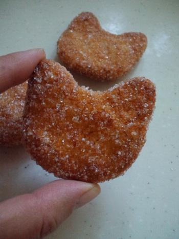 ねこの形をした小さめサイズのおせんべいは、香ばしくて何個もいけちゃうおいしさです。