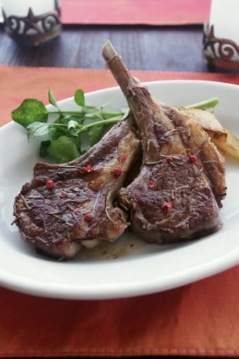 ラム肉とローズマリーの相性はバツグン!肉の臭みが消え、ゴージャスなメインディッシュになります。