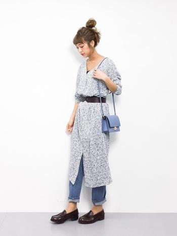 同じワンピースをデニムと合わせて、チュニックのように着こなしてみましょう☆太めのベルトでウエストをしぼると、シルエットにも変化が出ます。