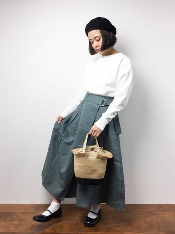 スカートのコーディネートで参考にするのは、ボリュームのあるラップスカート。真っ白なトップスやストラップシューズで、スタンダードなガーリースタイルを楽しめます。フリルの付いたかごバッグも可愛いですね!