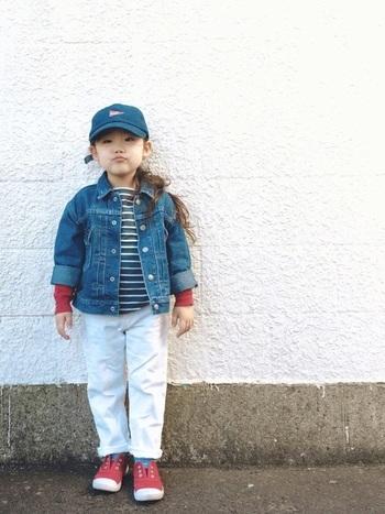春らしい爽やかなデニムコーデです。ボーイズライクな装いに、赤の挿し色で女の子らしさを添えています。  ■UNIQLO/デニムジャケット、パンツ