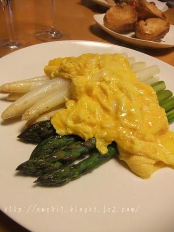 2色のアスパラをトリュフオイルと塩でソテーし、半熟卵のスクランブルエッグはソース代わりに。普段のスクランブルエッグとはちょっと違った贅沢な感じになりますね。