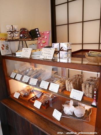 ノスタルジックなお店のしつらえが素敵な、浅草のお菓子屋さん「菓子工房ルスルス」。