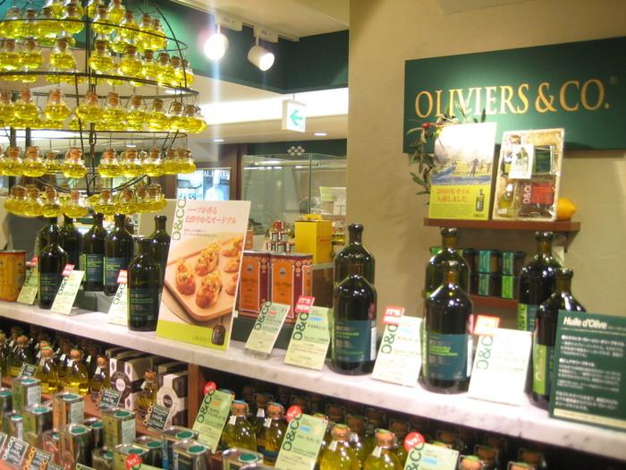 O&CO(OLIVIERS&CO)は、ロクシタンの創業者オリビエ・ボーサンがパリで始めたオリーブオイル専門店です。 ミシュラン獲得シェフも利用しているそうです。